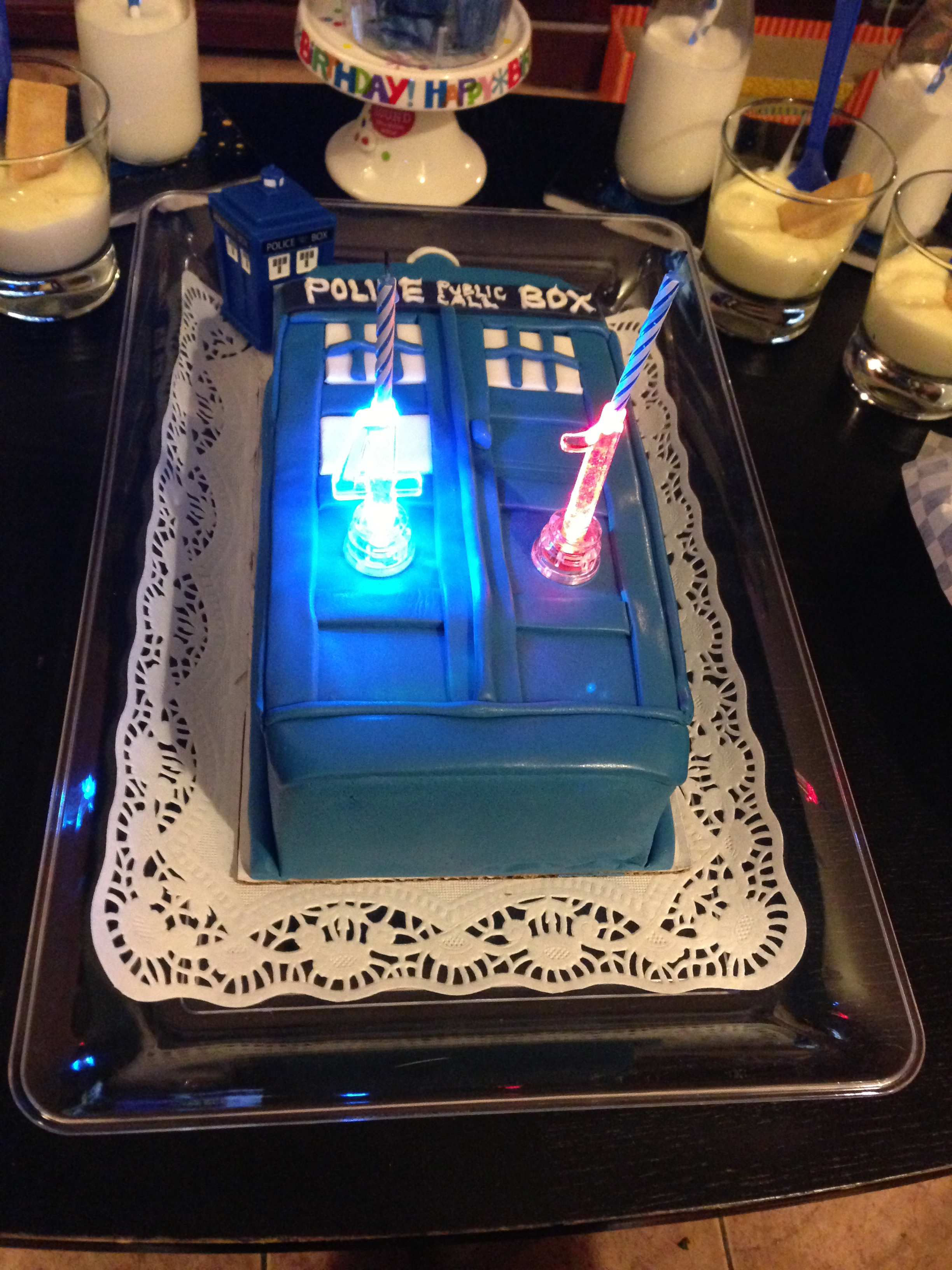 Doctor who tardis cake with candles for Decoration porte tardis