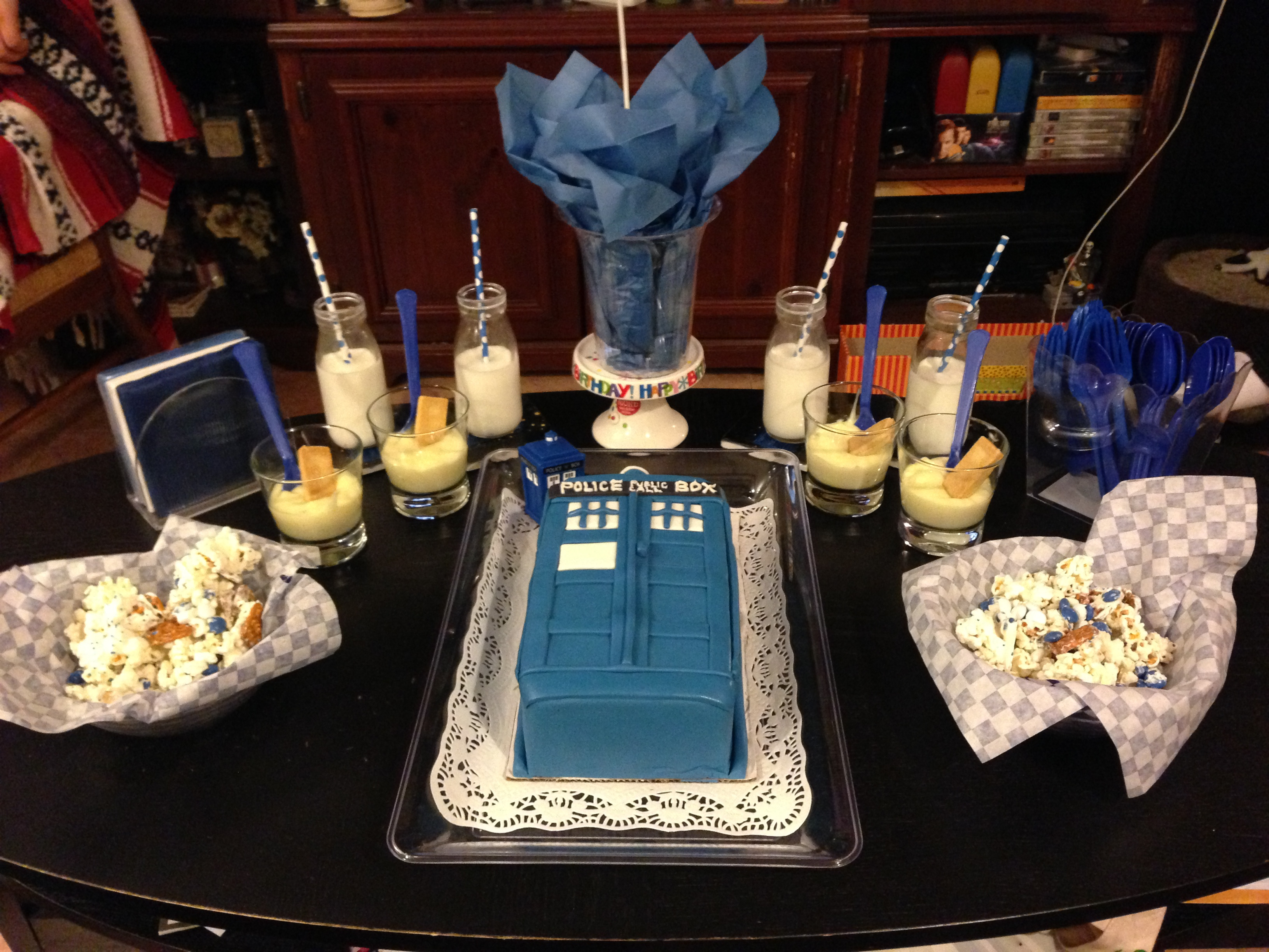 Doctor who tardis cake and party decor for Decoration porte tardis